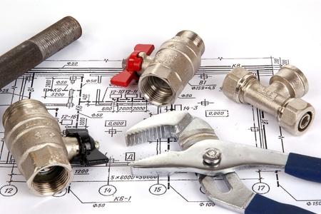 plumbing: Piezas de plomer�a y herramientas para el dibujo, primer plano Foto de archivo