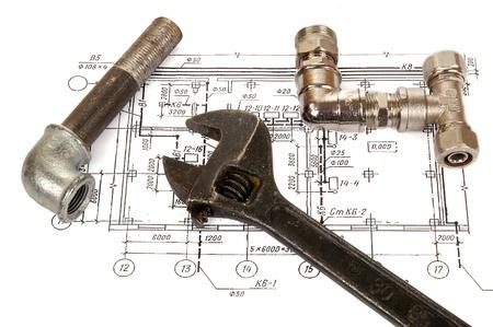 plomeria: Piezas de fontaner�a y herramientas en el dibujo, primer plano Foto de archivo