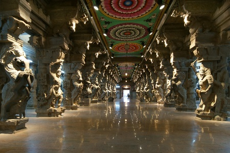 Inside of Meenakshi hindu temple in Madurai, Tamil Nadu, South India. Religious hall of thousands of columns Imagens - 11327877