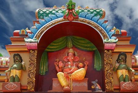ganesh: Estatuas tradicionales de dioses y diosas en el templo hindú, sur de la India, Kerala