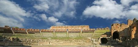 teatro antico: Il teatro antico di Taormina � un antico teatro greco, a Taormina, Italia meridionale, costruito agli inizi del VII secolo aC Archivio Fotografico