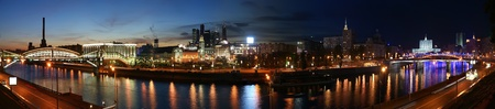 INTERNATIONAL BUSINESS: Moscú, Rusia. Noche. Vista panorámica desde la orilla del río Moskva en la estación de tren de Kíev, Centro Internacional de Negocios y puentes