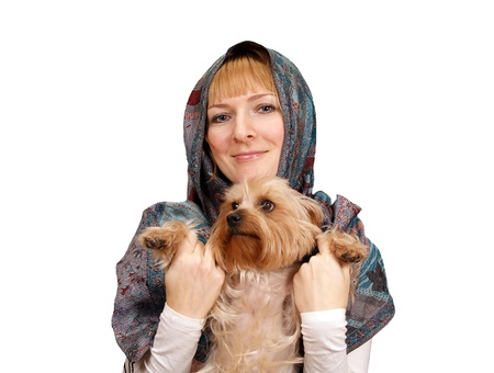 Chica con un terrier de Yorkshire en un fondo blanco photo