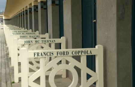 Deauville, Bassa-Normandia nel nord-ovest della Francia. Promenade des Planches, cui sono dedicati armadio spiaggia di famosi attori e cineasti che sono venuti a Deauville Archivio Fotografico - 16286077