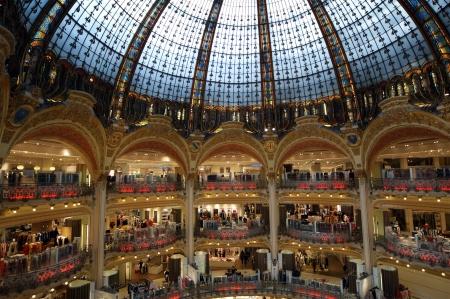 Soffitto del centro commerciale di lusso Lafayette a Parigi, Francia Archivio Fotografico - 16286494