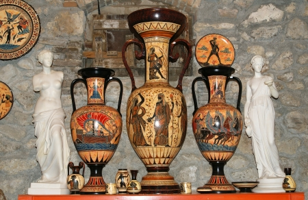 vasi greci: Ceramica negozio di souvenir, tradizionali vasi greci Editoriali