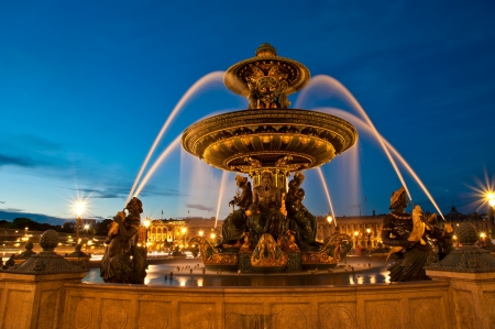 fontaine: Fountain at the Place de la Concorde in Paris by night, France