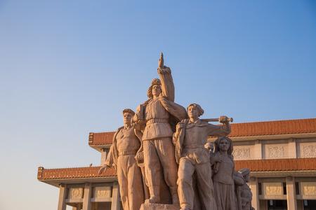 中国、北京の天安門広場で革命的な彫像