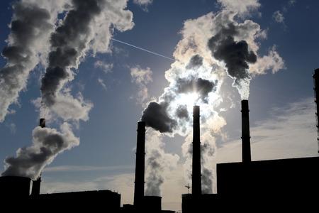 fuelling station: Pilas de humo de la quema de carbón planta de energía Foto de archivo
