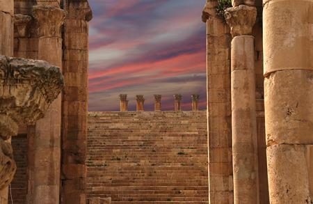 columnas romanas: Columnas romanas en la ciudad jordana de Jerash (Gerasa de la Antig�edad), la capital y ciudad m�s grande de la Gobernaci�n de Gerasa, Jordania