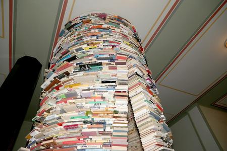 comprised: Scaffale rotonda nella sala della Biblioteca Comunale di Praga, in Repubblica Ceca. Biblioteca di Praga comprende 42 filiali, 2 biblioteche mobili e 344.000 libri