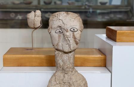 ser humano: Las estatuas Ain Ghazal son las estatuas m�s antiguas que se han hecho por un ser humano, realizadas entre 6000 y 8000 aC, Museo Arqueol�gico de Jordania (ubicado en la ciudadela de Amm�n, construido en 1951) Editorial