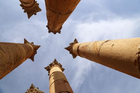 columnas romanas: Columnas romanas en la ciudad jordana de Jerash (Gerasa de la Antig�edad), capital y mayor ciudad de Jerash Governorate, Jordania