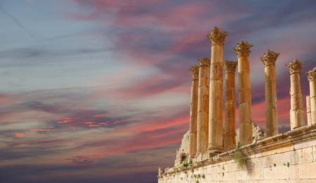 columnas romanas: Columnas romanas en la ciudad jordana de Jerash (Gerasa de la Antigüedad), capital y mayor ciudad de Jerash Governorate, Jordania