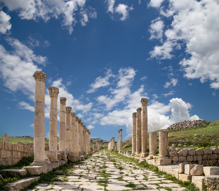 columnas romanas: Roman Columns in the Jordanian city of Jerash (Gerasa of Antiquity), capital and largest city of Jerash Governorate, Jordan Foto de archivo
