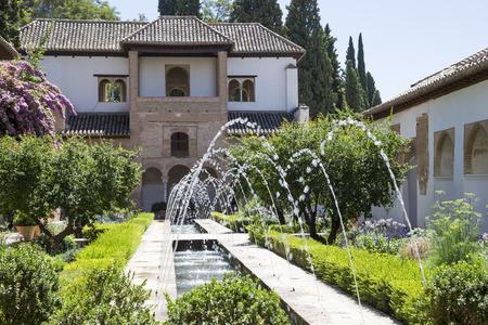 castillo medieval: Alhambra Palace - castillo árabe medieval en Granada, Andalucía, España Editorial