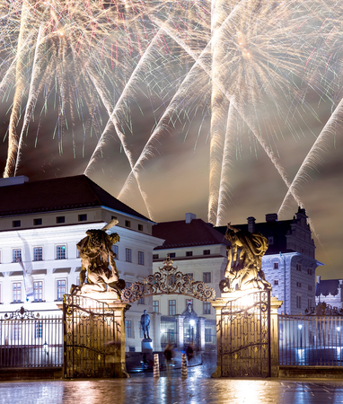 praga: Matthias Gate, at Hradcany Castle Prague at night and holiday fireworks, Czech republic