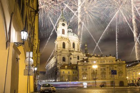 Kerk van St. Nicholas (Night view) in de wijk Mala Strana in Praag en vakantie vuurwerk, Tsjechië Stockfoto
