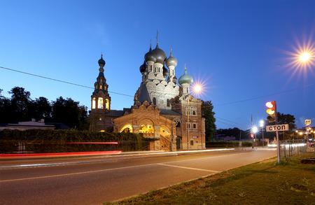 siervo: Iglesia de la Santa Trinidad en Ostankino en la noche. La iglesia fue construida como un maestro Asuntos piedra de servidumbre. Se trata de un monumento típico de la segunda mitad del siglo XVII. Moscú, Rusia