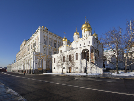 palacio ruso: Cathedral Square with New Year (Christmas)  tree, Inside of Moscow Kremlin, Russia. UNESCO World Heritage Site