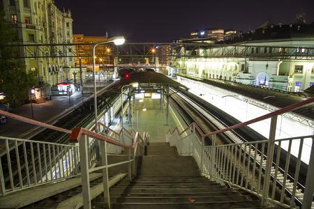 Passagierplattform in der Nacht (Belorussky Bahnhof) - ist einer der neun Hauptbahnhöfe in Moskau, Russland. Es wurde 1870 eröffnet und in seiner jetzigen Form 1907-1912 wieder aufgebaut