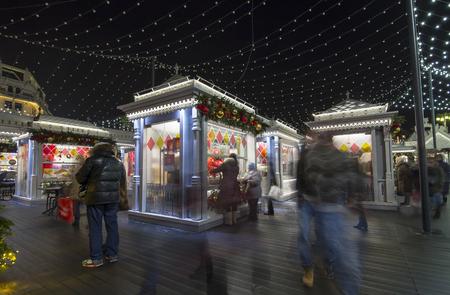 Decorazione di Natale (vacanze di Capodanno) vicino al Teatro Bolshoi (grande, grande o grande teatro, scritto anche Bolshoy) di notte, Mosca, Russia