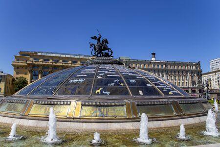Glaskuppel, gekrönt von einer Statue des Heiligen Georg, Schutzpatron von Moskau, auf dem Manege-Platz, Moskau, Russland. Schöne Aussicht auf das Zentrum von Moskau