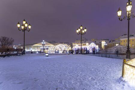 Weihnachtsdekoration (Neujahrsfeiertage) in Moskau (nachts), Russland--Manege-Platz in der Nähe des Kreml