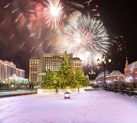 Feuerwerk während der Weihnachts- und Neujahrsbeleuchtung und Manege-Platz in der Nacht. Moskau, Russland