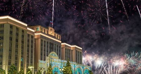 Fireworks over the Christmas (New Year) holidays illumination and Building of The State Duma of the Federal Assembly of Russian Federation at night, Moscow, Russia Stockfoto