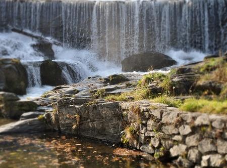 encrespado: la agitaci�n del agua y la peque�a cascada, r�o Bistrica, Muta, Eslovenia