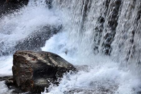 encrespado: aguas picadas y peque�a cascada en el oto�o, el r�o Bistrica, Muta, Eslovenia