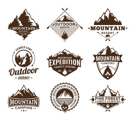Set di campeggio e attività all'aperto logo. Etichette turistiche, escursionistiche e da campeggio. Icone di campeggio e viaggi per organizzazioni turistiche, eventi all'aperto e tempo libero in campeggio.