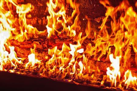 bombero de rojo: Piano en el fuego