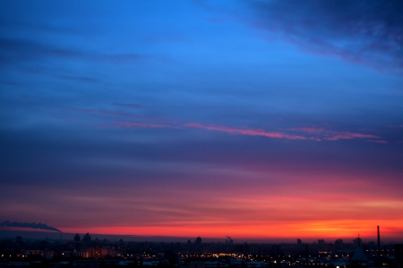 Dramatic evening cloudscape in city  blue and red sky Foto de archivo