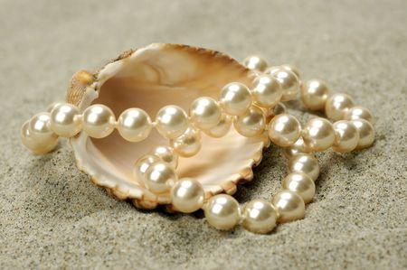 perlas: Mar shell con perlas en la arena