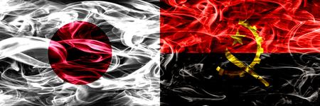 Japón vs Angola, banderas de humo angoleñas colocadas una al lado de la otra Foto de archivo