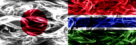 Japón vs Gambia, banderas de humo de Gambia colocadas una al lado de la otra