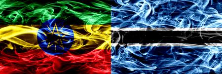 Etiopía vs Botswana, banderas de humo coloridas de Botswana colocadas una al lado de la otra Foto de archivo