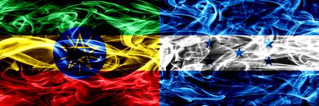 Etiopía vs Honduras, banderas de humo coloridas hondureñas colocadas una al lado de la otra