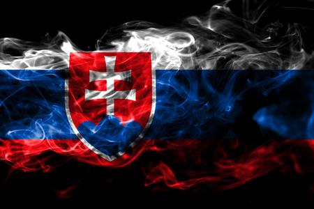Flaga narodowa Słowacji wykonana z kolorowego dymu na białym na czarnym tle. Streszczenie jedwabiste tło fali Zdjęcie Seryjne
