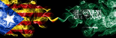 Cataluña vs Arabia Saudita, banderas de humo árabes colocadas una al lado de la otra. Banderas de humo sedoso de color espeso de Cataluña y Arabia Saudita, Arabia
