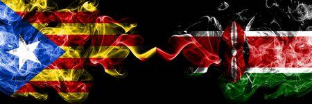 Cataluña vs Kenia, banderas de humo de Kenia colocadas una al lado de la otra. Banderas de humo sedoso de color espeso de Cataluña y Kenia, Kenia