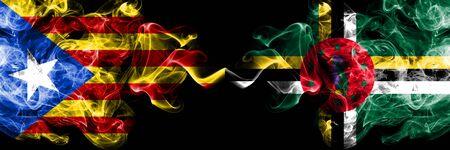 Banderas de humo de Cataluña vs Dominica colocadas una al lado de la otra. Banderas de humo sedoso de color espeso de Cataluña y Dominica