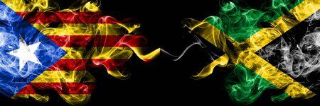 Cataluña vs Jamaica, banderas de humo de Jamaica colocadas una al lado de la otra. Banderas de humo sedoso de color espeso de Cataluña y Jamaica, Jamaica