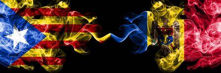 Cataluña vs Moldavia, banderas de humo de Moldavia colocadas una al lado de la otra. Banderas de humo sedoso de color espeso de Cataluña y Moldavia, Moldavia