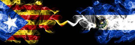 Cataluña vs El Salvador, banderas de humo salvadoreñas colocadas una al lado de la otra. Banderas de humo sedoso de color espeso de Cataluña y El Salvador, salvadoreño