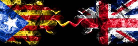 Cataluña vs Reino Unido, banderas de humo británicas colocadas una al lado de la otra. Banderas de humo sedoso de color espeso de Cataluña y Reino Unido, británicos