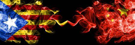 Cataluña vs China, banderas de humo chinas colocadas una al lado de la otra. Banderas de humo sedoso de color espeso de Cataluña y China, chino
