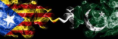 Cataluña vs Pakistán, banderas de humo de Pakistán colocadas una al lado de la otra. Banderas de humo sedoso de color espeso de Cataluña y Pakistán, Pakistán